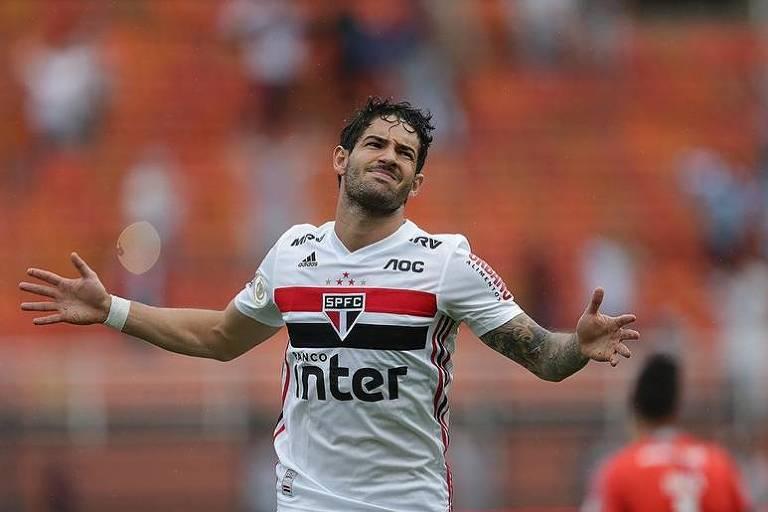 O atacante Alexandre Pato lamenta chance desperdiçada durante a partida contra o Cruzeiro no Pacaembu