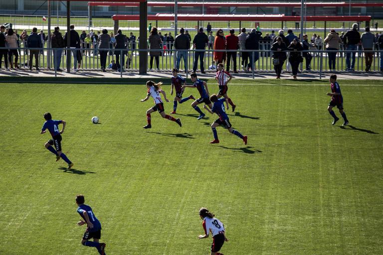 Jogo das garotas do Athletic Bilbao contra uma equipe de meninos na Espanha