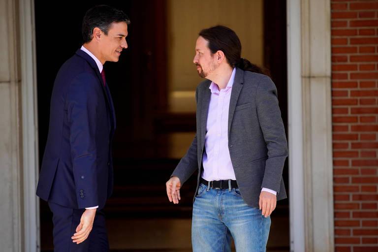 O premiê espanhol, Pedo Sánchez, à esq., e o líder do Podemos, Pablo Iglesias, no palácio Moncloa, em Madri
