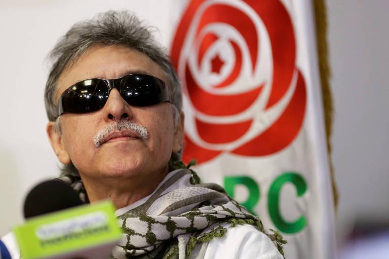 O ex-guerrilheiro das Farc Jesús Santrich durante entrevista coletiva em Bogotá após deixar a prisão