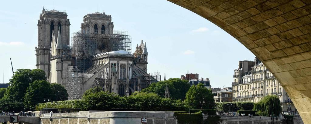 A catedral de Notre-Dame a partir de uma das margens do rio Sena, em Paris