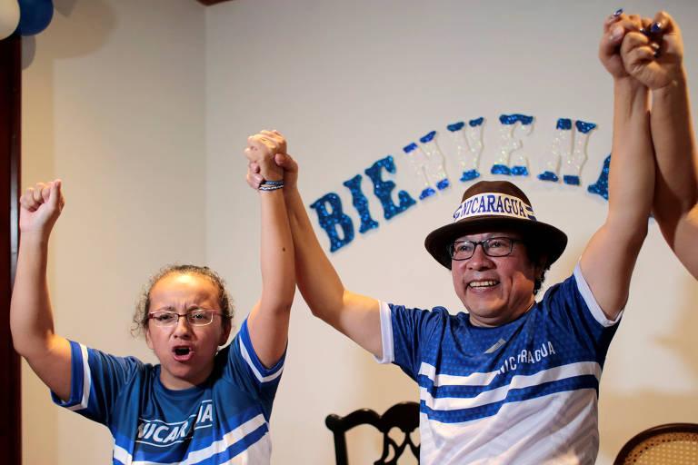 Os jornalistas Lucia Pineda Ubau e Miguel Mora, diretor do canal 100% Noticias, celebram a libertação, em Manágua