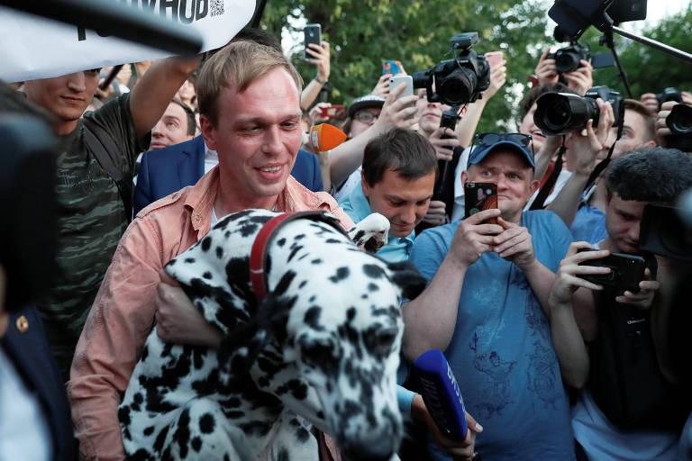 O jornalista russo Ivan Golunov com segura seu cachorro, Margo, durante entrevista coletiva em Moscou