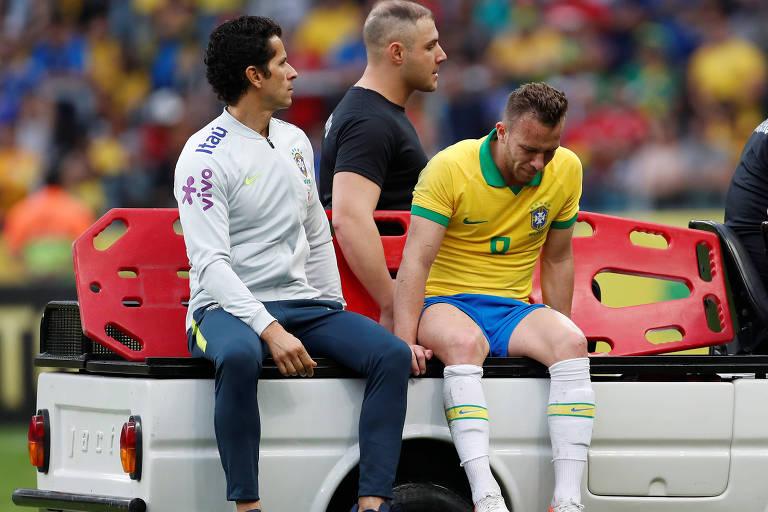 Arthur deixa o gramado do Beira-Rio de maca após sofrer entrada dura