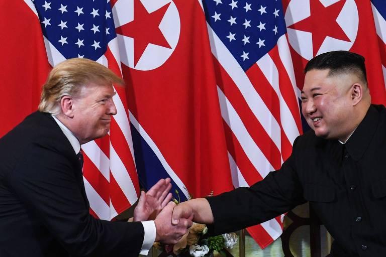 O presidente americano, Donald Trump, e o ditador norte-coreano, Kim Jong-un, se cumprimentam durante encontro em Hanói, no Vietnã, em fevereiro