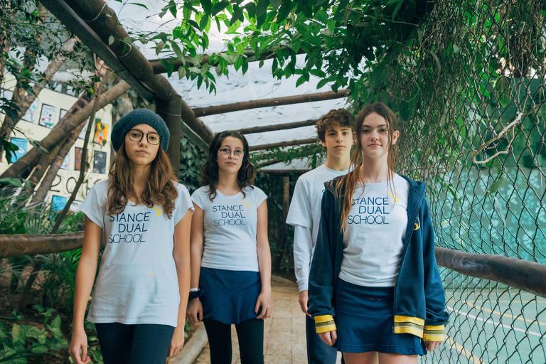 Beatriz Dias Sayeg Freire, 13, Maria Eduarda Galvão Alvarez,13, Frederico Naigebroin,13, e Isabela Baggio Becker, 12, fazem parte da Equipe de Ajuda da escola Stance Dual.