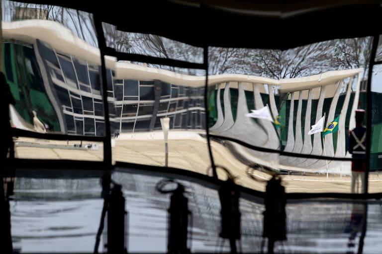 Prédio sede do STF (Supremo Tribunal Federal) refletido nos espelhos do salão nobre do Palácio do Planalto, do outro lado da Praça dos Três Poderes, em Brasília (DF)