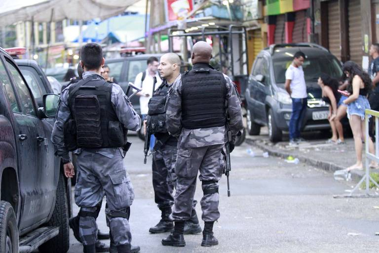 Policiais militares fazem operação em comunidades do complexo da Maré, na zona norte do Rio de Janeiro