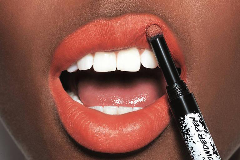 Batom em pó vira tendência de maquiagem com efeito natural e 'borradinho' nos lábios