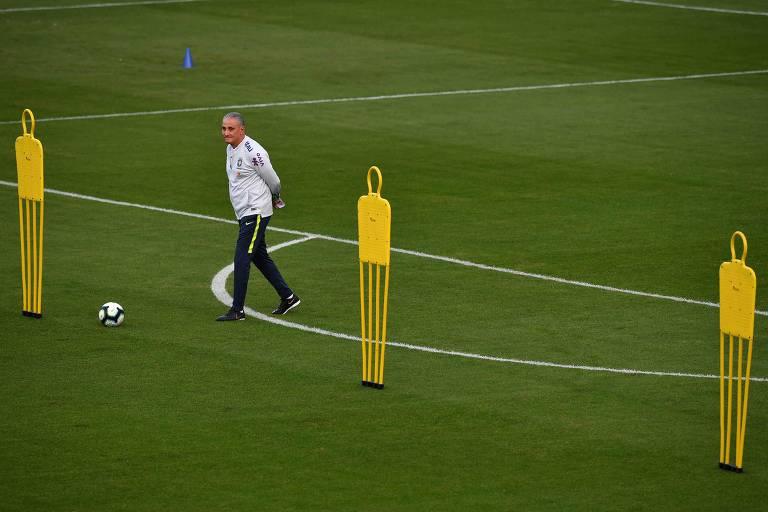 O técnico da seleção brasileira Tite durante treinamento no estádio do Pacaembu