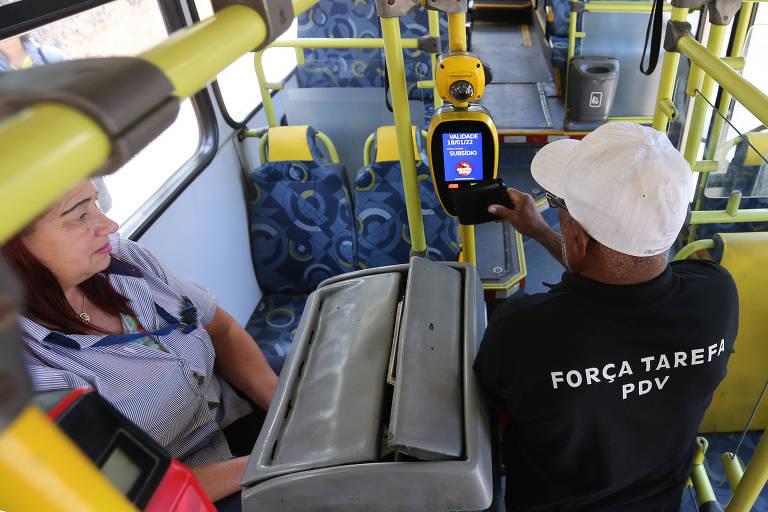 Ônibus com câmeras para reconhecimento facial