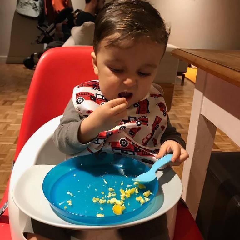 Antonio foi incentivado desde os seis meses a ter autonomia na hora de comer