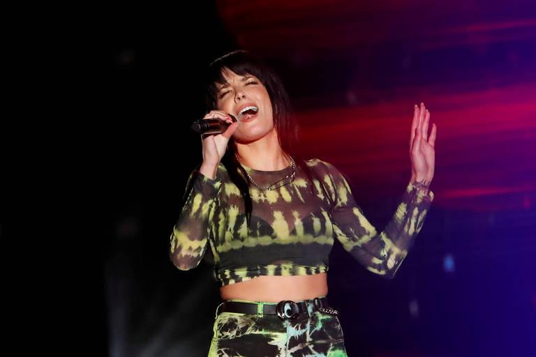 Halsey canta no iHeartRadio em Carson, California
