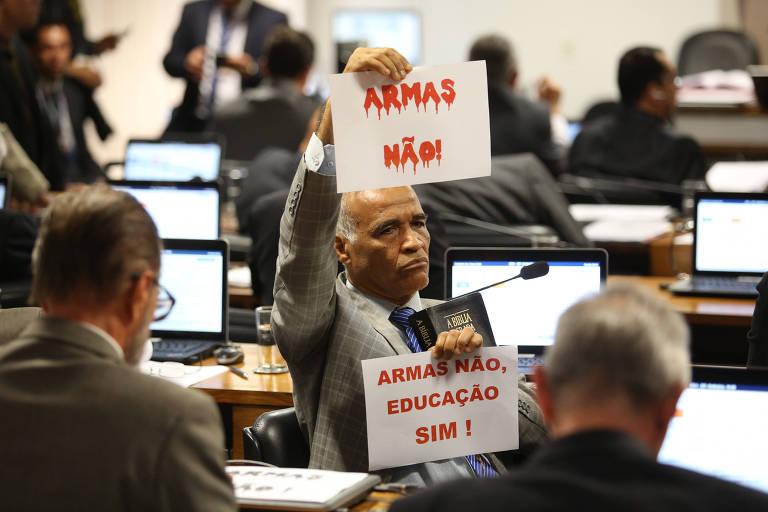 Deputado Pastor Sargento Isidório (Avante-BA) protesta durante sessão da Comissão de Constituição e Justiça do Senado que analisou decreto das armas