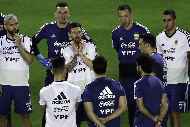 Jogadores da Argentina ouvem o técnico Lionel Scaloni durante treino em Salvador na terça (11)