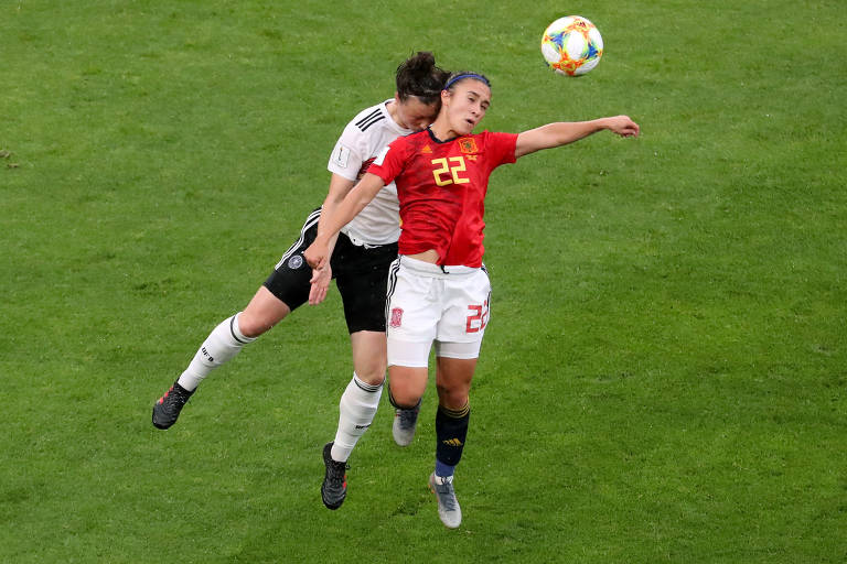 Sara Doorsoun, da Alemanha, e Nahikari Garcia, da Espanha, em lance de jogo da Copa do Mundo Feminina pelo Grupo B no Stade du Hainaut, Valenciennes, França