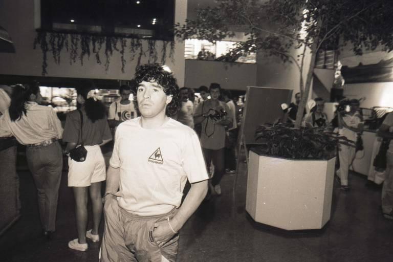 Maradona durante a chegada ao Brasil para a disputa da Copa América de 1989