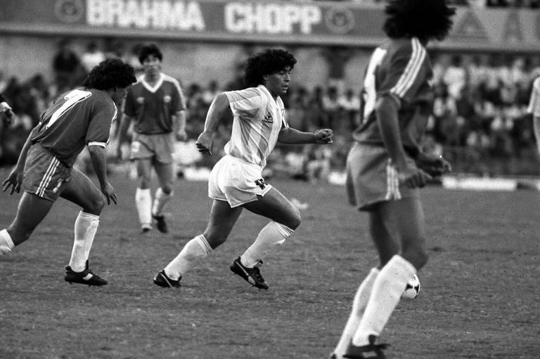 Maradona, visivelmente fora de forma, em ação contra o Chile em Goiânia