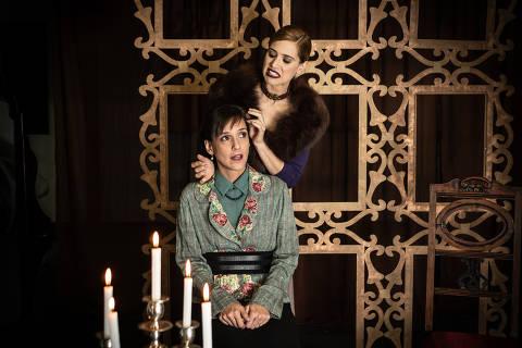 Mel Lisboa e Carol Carreiro contracenam em 'Hedda Gabler', no Espaço Parlapatões