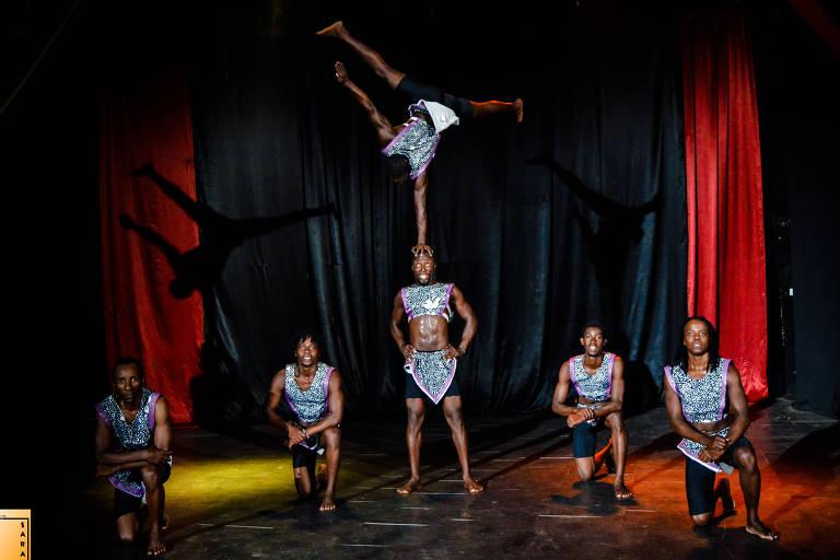Os artistas do grupo queniano Sarakasi Warrior Acrobats encenam o espetáculo 'African Show'