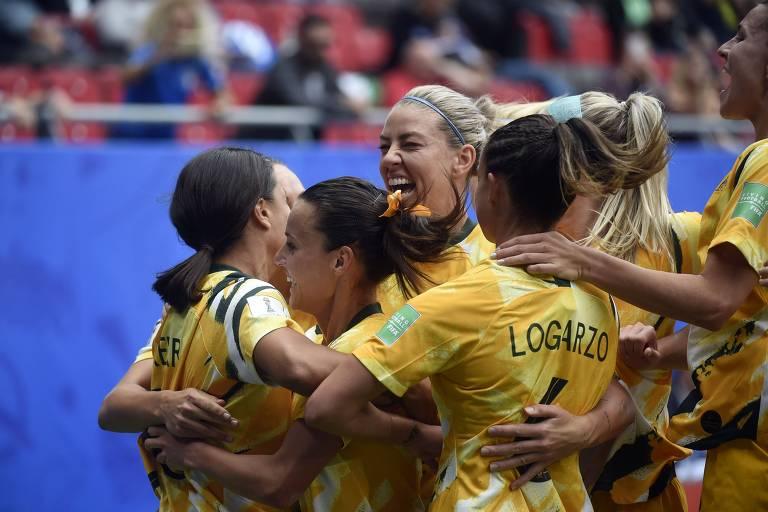 Jogadoras australianas comemoram gol contra a Itália na estreia, em jogo que acabaram perdendo por 2 a 1