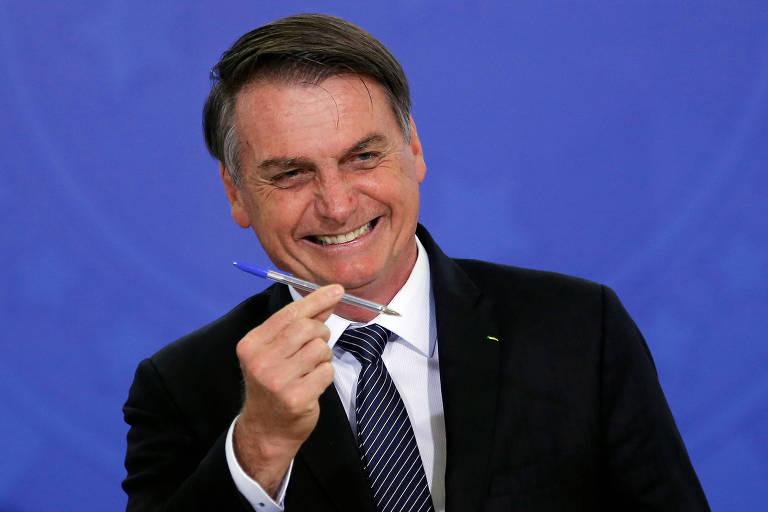 Bolsonaro descobre que tinta de sua caneta não tem poderes mágicos