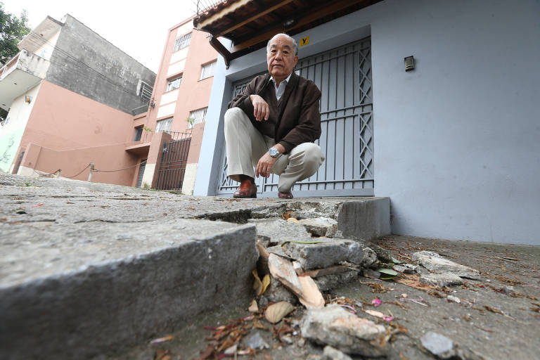 Nelson Kazunori Igarashi em frente à sua casa, na região da Freguesia do Ó, mostra que peso de caminhões e veículos já danificou a sua calçada