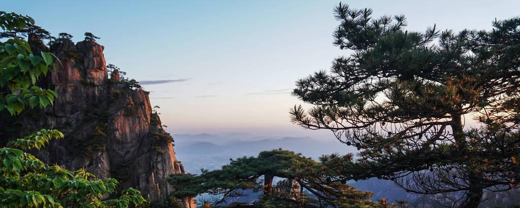 Amanhecer nas Montanhas Amarelas (Huangshan), no leste da China