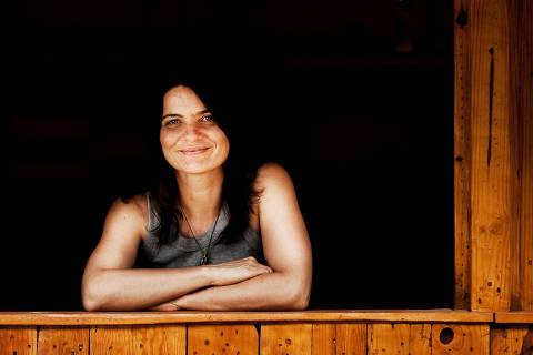 NOVA LIMA, MINAS GERAIS, AGOSTO 2009: Retrato de ROSANA BIANCHINI (de camisa cinza e cabelo preto) do INSTITUTO KAIRÓS,  e fotos da organização finalista do Empreendedor Social 2009. Rosana Bianchini, 37 anos, arquiteta e urbanista, casada. Nasceu em Belo Horizonte e mora em Nova Lima (MG). Criou o Instituto Kairós, que promove o desenvolvimento socioambiental de Nova Lima, ampliando as possibilidades de renda e valorizando a biodiversidade e as relações de identidade com a cultura local. (Foto: Renato Stockler/Na Lata) - (Snapfoto)