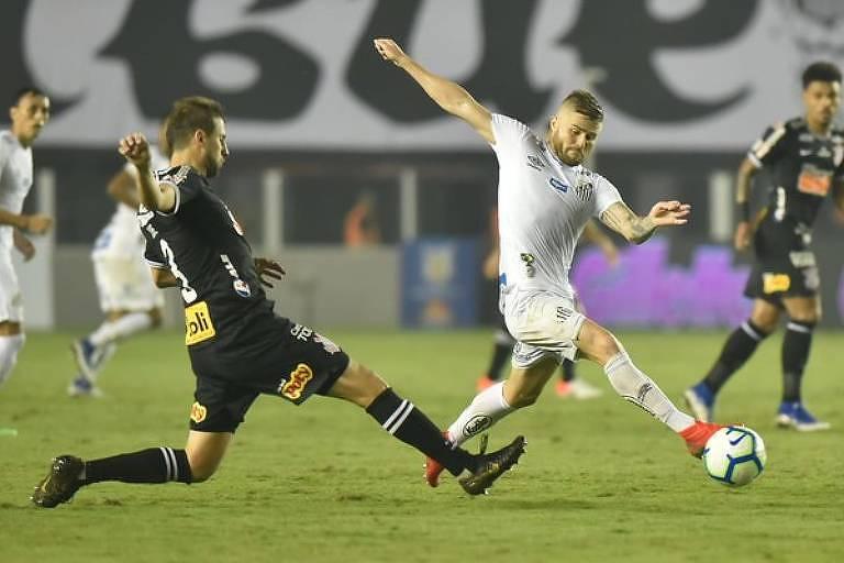 O zagueiro corintiano Henrique tenta parar o santista Eduardo Sasha, que marcou o gol da vitória no clássico da Vila Belmiro