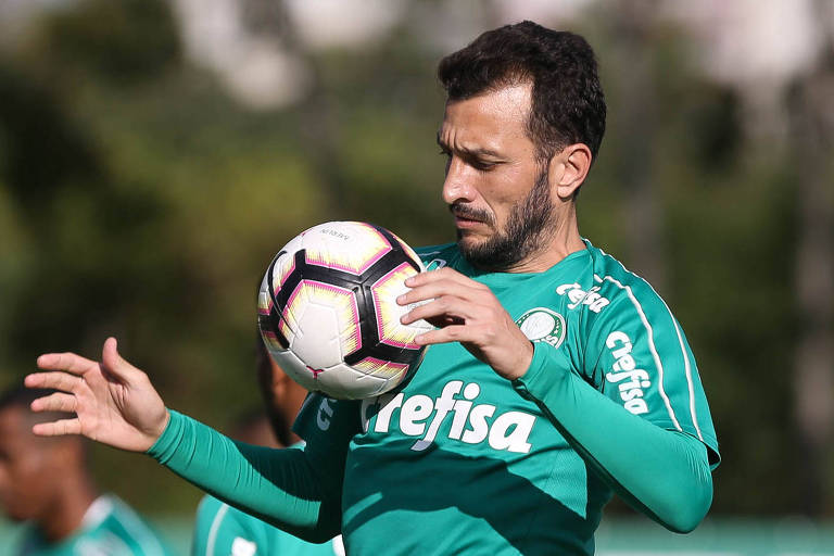 O zagueiro Edu Dracena tenta controlar a bola durante o treinamento do Palmeiras na Academia de Futebol