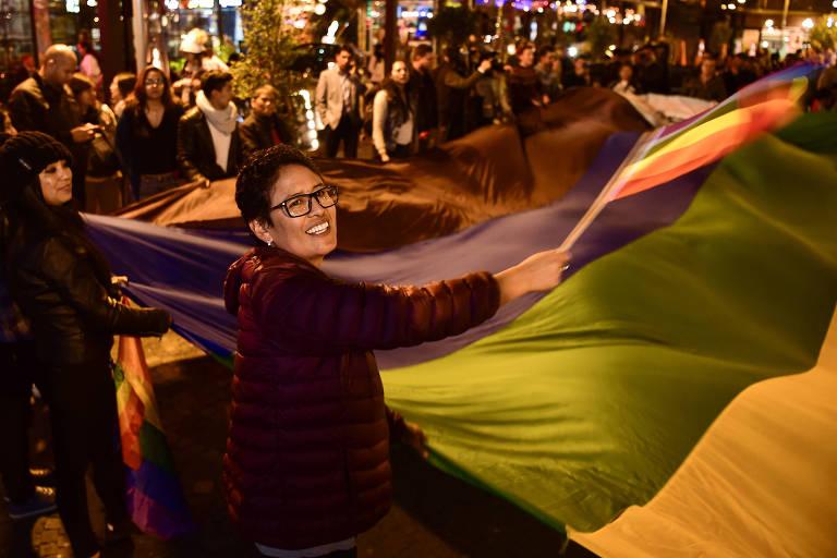 Equatorianos celebram em Quito decisão da Corte Constitucional que aprovou o casamento gay no país