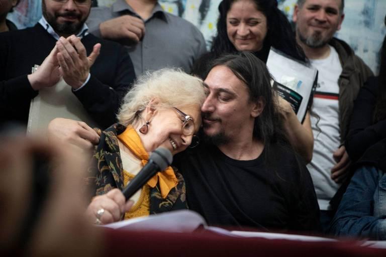 Estela de Carlotto, fundadora das Avós da Praça de Maio, apresenta Javier Matías Darroux Mijalchuk, o 130º neto roubado durante a ditadura argentina, em Buenos Aires