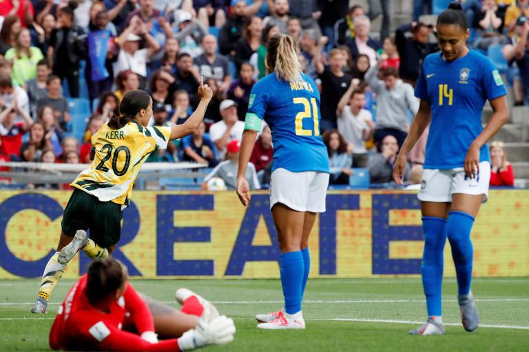 A australiana Sam Kerr comemora o segundo gol da sua seleção com Chloe Logarzo