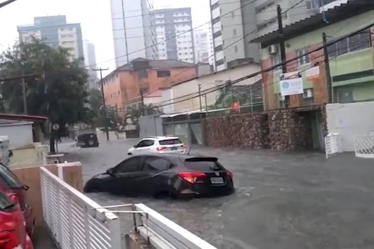 Carros cobertos por água da chuva