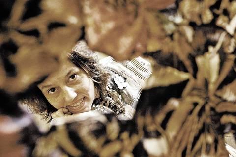 ORG XMIT: 092401_0.tif A socióloga Maria Teresa Leal, fundadora da Coopa-Roca (Cooperativa de Trabalho Artesanal e de Costura da Rocinha), em que cem artesãs da favela da Rocinha (RJ) produzem artigos para alta-costura, comercializados por grifes brasileiras, posa para foto na sede do projeto, no Rio de Janeiro (RJ). PEla iniciativa ela participou do Prêmio Empreendedor Social de 2006. (Rio de Janeiro (RJ). 25.08.2006. Foto de Renato Stockler/Folhapress)