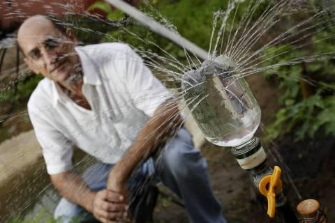 ORG XMIT: 373001_1.tif O engenheiro Willy Pessoa Rodrigues, de 57 anos, em João Pessoa (PB). Ele foi o terceiro colocado do Prêmio Empreendedor Social de 2006. Willy é fundador da Agência Mandalla DHSA (Desenvolvimento Holístico Sistêmico Ambiental), que pesquisa, desenvolve e divulga o método Mandalla de culturas sustentáveis e geração de renda para famílias carentes. (João Pessoa (PB). 19.10.2006. Foto de Renato Stockler/Folhapress)