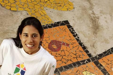 ORG XMIT: 583301_1.tif A arquiteta Patricia Chalaça posa para foto em um orfanato atendido pelo Projeto Casa da Criança, em Recife (PE), fundado por ela. O projeto mobiliza 20 mil voluntários e 2.000 arquitetos e decoradores na reforma e na construção de abrigos, creches e casas de apoio a portadores de deficiências. Pela iniciativa ela participou do Prêmio Empreendedor Social de 2006. (Recife (PE). 19.08.2006. Foto de Renato Stockler/ Folhapress)