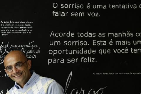 ORG XMIT: 261201_1.tif O dentista Fábio Bibancos em sua clínica odontológica, na Vila Mariana, em São Paulo (SP). Ele criou a ONG