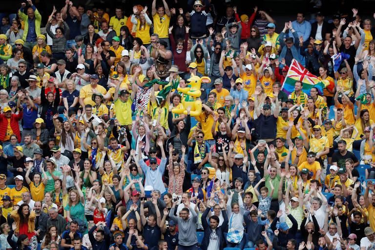 Torcida australiana comemora a vitória da sua seleção no final da partida