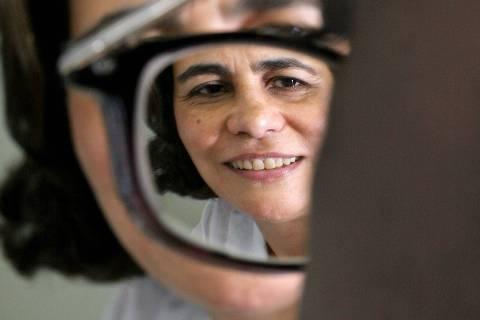 ORG XMIT: 290001_1.tif A historiadora Teresa D' Amaral conversa com aluno de informática portador de deficiência visual na sede do Instituto de Defesa dos Direitos da Pessoa com Deficiência (IBDD), no Catete, no Rio de Janeiro (RJ). Teresa criou o instituto para dar apoio jurídico, capacitação profissional e inserção social para resgatar a auto-estima de portadores de deficiência. (Rio de Janeiro, RJ, 17.11.2005. Renato Stockler/Folhapress - Digital)