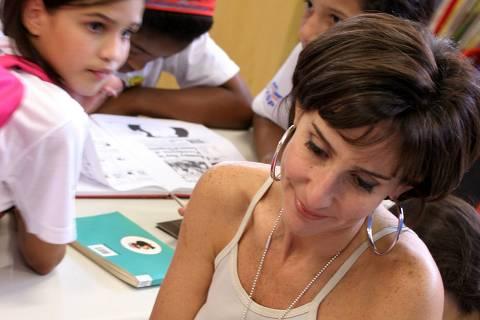 ORG XMIT: 091301_1.tif A psicóloga e empresária Viviane Senna com crianças que são atendidas pelo Instituto Ayrton Senna, na Cidade Universitária, em São Paulo (SP). Viviane foi umas finalistas do prêmio