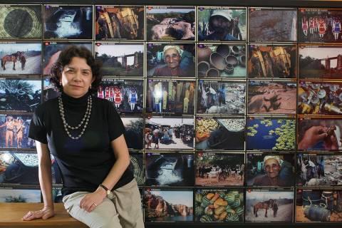 ORG XMIT: 182901_1.tif A socióloga Elisabeth Vargas, 57, junto a painel de fotografias de seu projeto UniSol (Universidade Solidária), no bairro da Liberdade, em São Paulo (SP). Elisabeth, uma das finalistas do prêmio