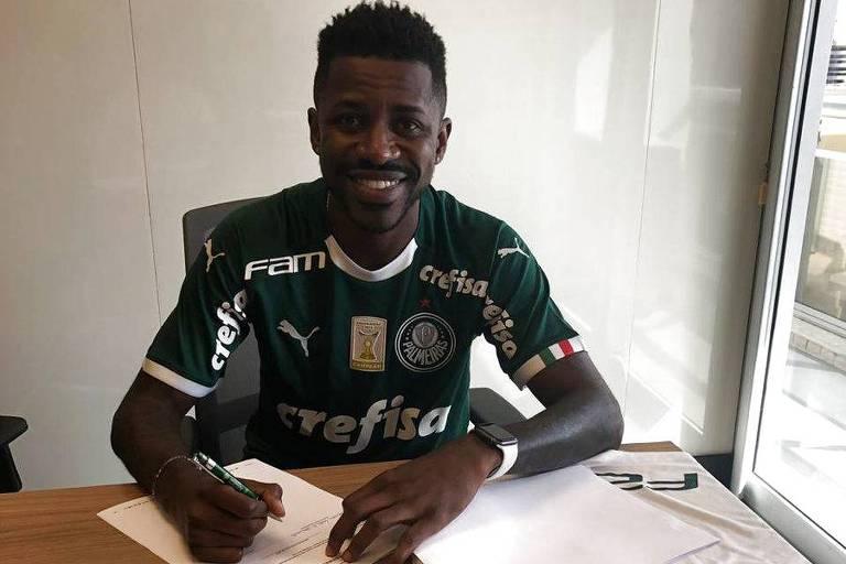 Volante Ramires assina contrato com o Palmeiras já vestindo a camisa do clube