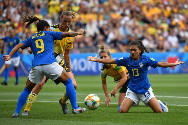 A camisa 13 do Brasil, Leticia Santos, é derrubada dentro da área durante a partida contra a Austrália na Copa do Mundo de 2019