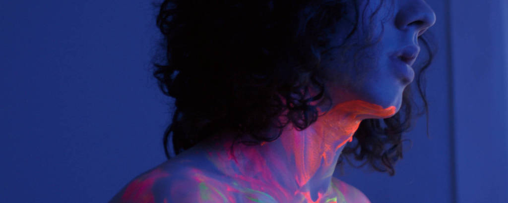 Shico Menegat em cena de 'Tinta Bruta', de Filipe Matzenbacher e Marcio Reolon