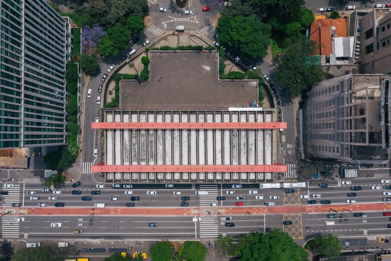 O Masp, projeto de Lina Bo Bardi, deve ganhar um anexo no edifício Dumont Adams (à dir. na foto); como o museu é tombado nas três instâncias de preservação do patrimônio, modificações devem passar pelo Condephaat