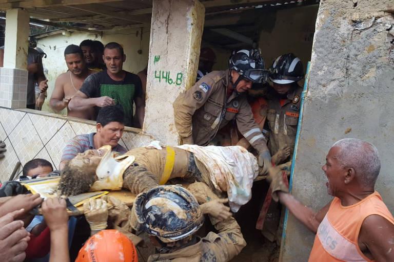 Mulher é resgatada após desabamento em Camaragibe, na região metropolitana do Recife
