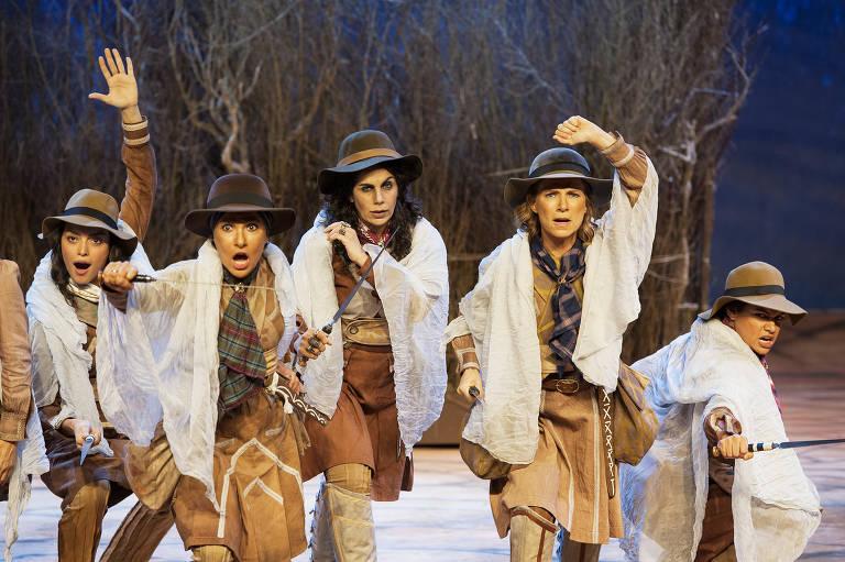 cena de peça com mulheres vestidas de cangaceiras