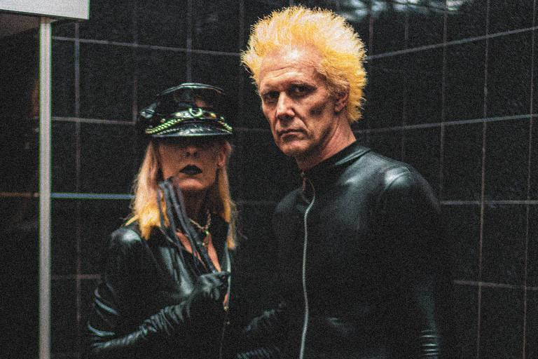 homem e mulher de preto em lugar todo preto